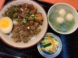 台湾代表的なソールフード魯肉飯と魚丸湯¥800円税込
