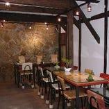 地下の大阪城のお堀のあるテーブル席