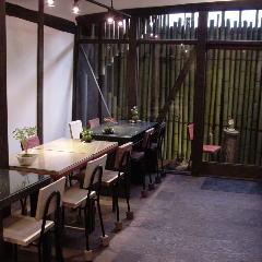 坪庭のある地下席(坪庭での喫煙は可能です)