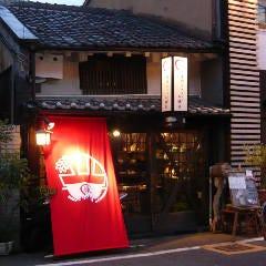 路地突き当りの左手、目の前に、赤い垂れ幕のある一軒家の町家が当店です。 いらっしゃいませ♪
