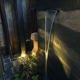 豊臣秀吉時代の空っぽの堀に水が流れる坪庭