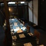 地下の坪庭の見えるテーブル席