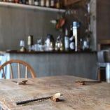 ほっと落ち着くカジュアルな雰囲気の店内。テーブルは6名まで。