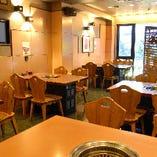 窓際の人気席は要予約!テーブル席で楽しくお食事☆