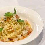 スパゲッティ 手長海老とトマトとバジル オイル和え