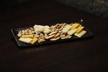 チーズとナッツの盛合せ