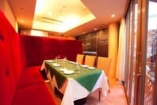 1階はオープンテラス付個室 (予約制)バーベキューも可能。