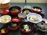 肉や魚を使わない、伝統的な精進料理をお出しします。