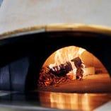 イタリア・ナポリ尾から輸入した本格薪窯で出来立てをお届け。