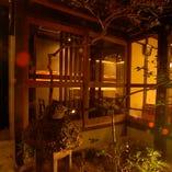 店内の奥にある坪庭。夜はライトアップされます。