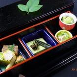 季節懐石『凛』の先八寸 季節の山海の珍味を約10種類ほど盛り合わせています。