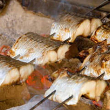 焼き魚は串を打ち炭火で焼きます。