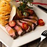 メインの肉料理はサーロインや牛ハラミのステーキで