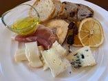 幸せのおつまみセット(チーズ3種・生ハム・ドライフルーツ・パン)