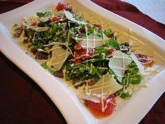 ローストした和牛もも肉のカルパッチョ風サラダ仕立て