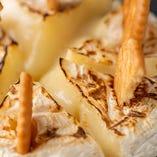 このトロトロのチーズを、クラッカーですくって食べるのがオススメです