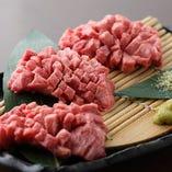 この道20年の熟練技。肉の流れを見極め、包丁を入れていきます