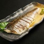 〆鯖炙り焼 880円(税抜) 脂の乗った鯖をジュワっと炙っておいしさ倍増!