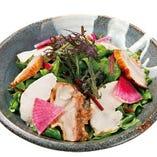 鳥元サラダ 780円(税抜) 自慢の鶏肉と産直野菜のサラダです。迷ったらコレ!