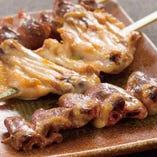 美味しい焼鳥は日本が誇る「食文化」。旨味と深みのある地鶏・銘柄鶏にこだわり新鮮な素材を店にて串打ち、調理いたします。専門店の焼き上げる串焼きは絶品ですので、どうぞご堪能ください。