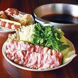 【日南鶏のすき鍋コース】<全8品>飲み放題付4,500円(税込) 鳥元名物の「特製割り下」で鶏と野菜の旨みが味わえます。