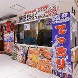 ビルに立地する当店ですが、店内には大きな水槽を設けています