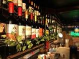 吊り下がったシェルフはソムリエ厳選の常温が美味い赤ワインのセラーに♪
