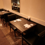 和モダンの落ち着ける空間で、デートやご夫婦でのご利用に最適な2名様用テーブル席