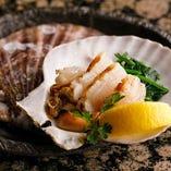 千葉県産の新鮮なプリプリ感とホタテの風味が堪能できる「活け殻付き帆立」