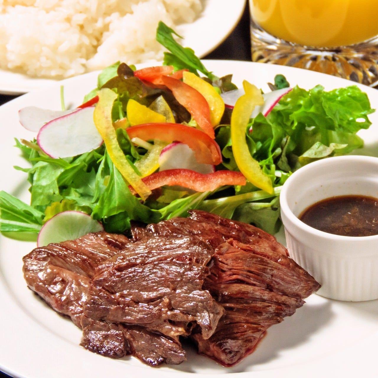 牛はらみステーキ/サラダ+ライス+ドリンク付1.000円(税込)