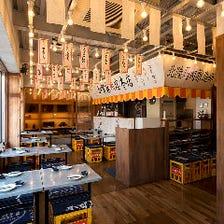 宴を盛り上げる明るく開放的な店内