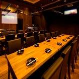 【1F】テーブル席、仕切りを調整すれば半個室のお席が最大80名様の出来上がり!
