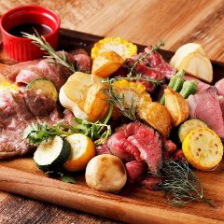 こだわりの肉料理の数々を堪能…