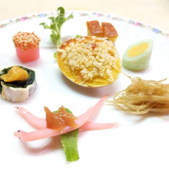 お一人様ごとにお出しするお料理は季節の八寸から始まります。
