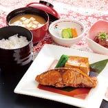 ランチ限定☆ その日の美味しい肴を煮つけます「煮魚定食]