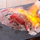 コースにも名物「黒毛和牛の炙り寿司」入り!目の前で炙ります!