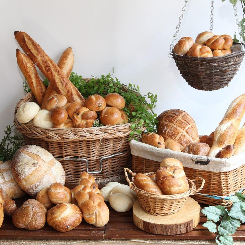 自家製パンやピッツァ、肉盛りも♪