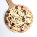 たっぷりキノコとパルミジャーノのピッツァ