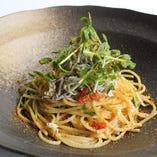 山盛りシラスと豆苗のスパゲッティ イタリア産カラスミ