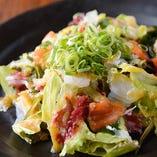 サラダメニュー充実! 一番人気の海鮮サラダ