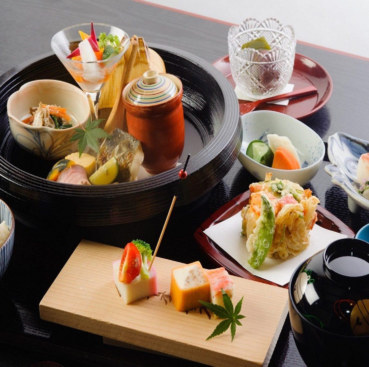 四季折々の食材を伝統工芸品の器に盛った和食