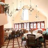 大きな窓と高い天井。明るい開放的な空間でお食事をお楽しみください。