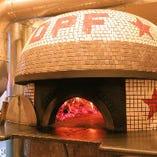 入口すぐの大きな薪窯で焼く、焼き立てのピッツァをどうぞ♪
