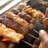 東北地方の銘柄鶏『あべどり』を職人が炭火で香ばしく焼き上げる