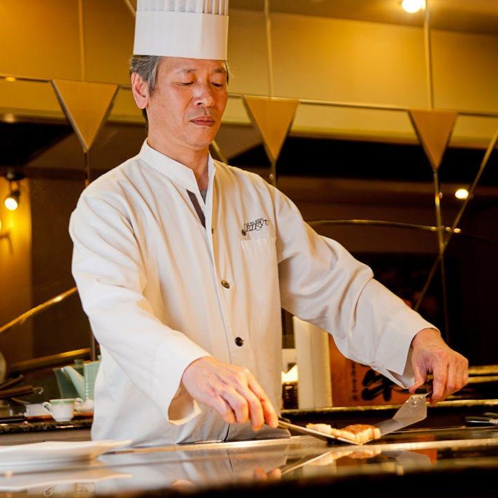 目の前で調理するライブ感。五感で味わうステーキを堪能