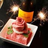 誕生日・記念日のお祝いには豪華な『肉盛りケーキ』をどうぞ