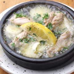 鶏せせりとポロねぎのアヒージョ 自家製塩レモン添え
