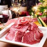 記念日には特製プレートをご用意!花火と豪華メッセージ入り肉盛りプレート(2,420円)やデザートプレート(1,210円)