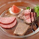 肉好きなら◎ワインと特製シャルキュトリーは相性バッチリ