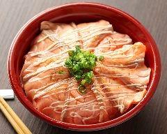 炙りサーモンマヨチーズ丼